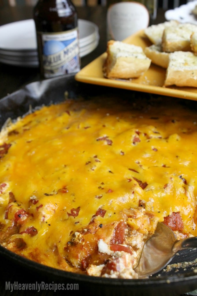 chili dip made in a cast iron skillet with garlic bread