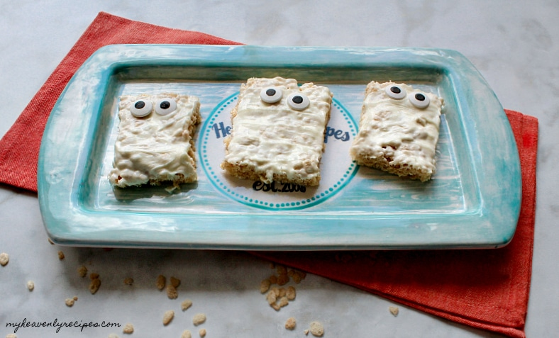 Need a treat for your Halloween party? Try these Mummy Rice Krispies! Perfect for kids of all ages.