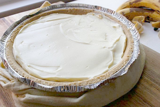 no bake banana cream pie with pudding spread across top