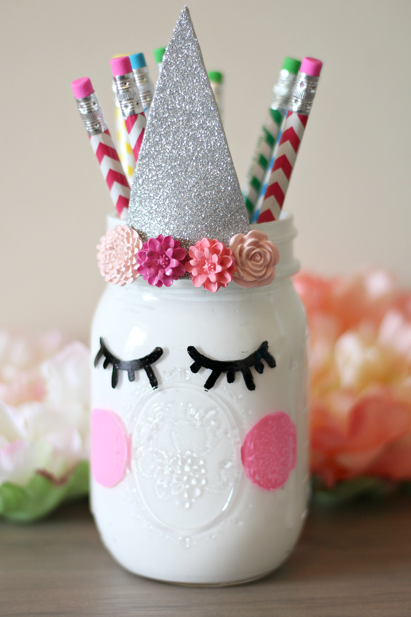 DIY Unicorn Pencil Holder! Cute and easy kids craft idea! #diy #kidscraft #unicorndiy #unicorn #unicorntheme #unicorncraft